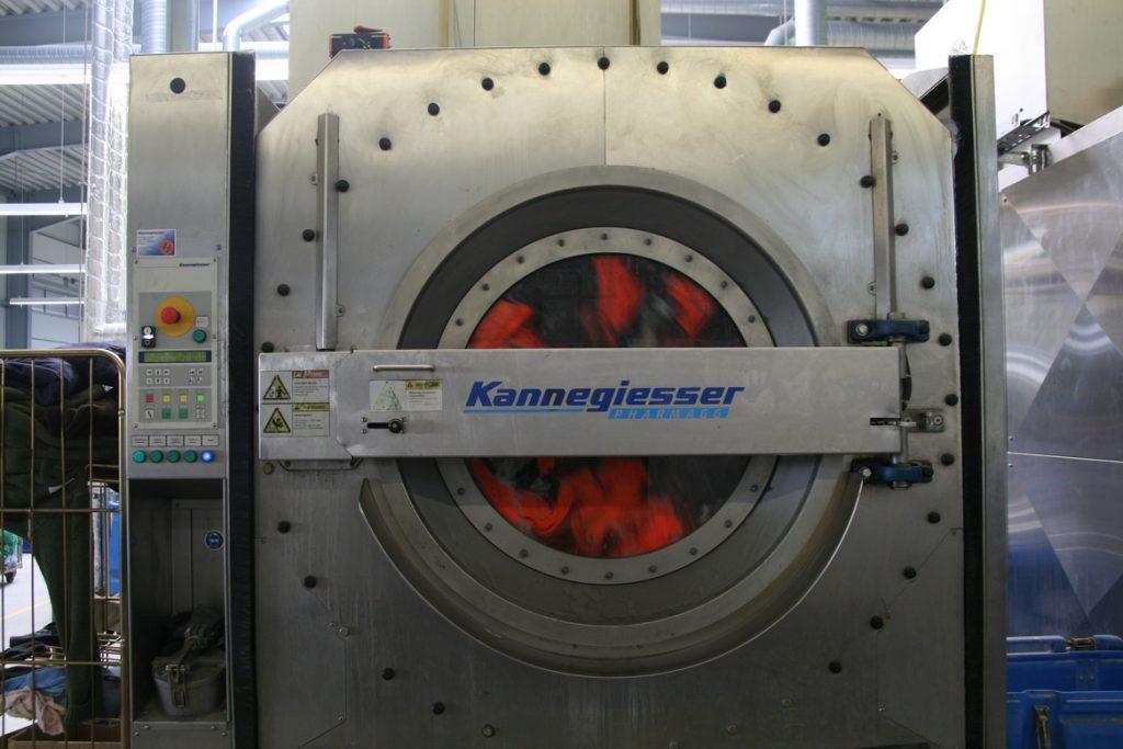 Industriewaschmaschine mit Arbeitsschutzjacken für Unternehmensbericht (Foto Daniela Kamp-Beutgen)
